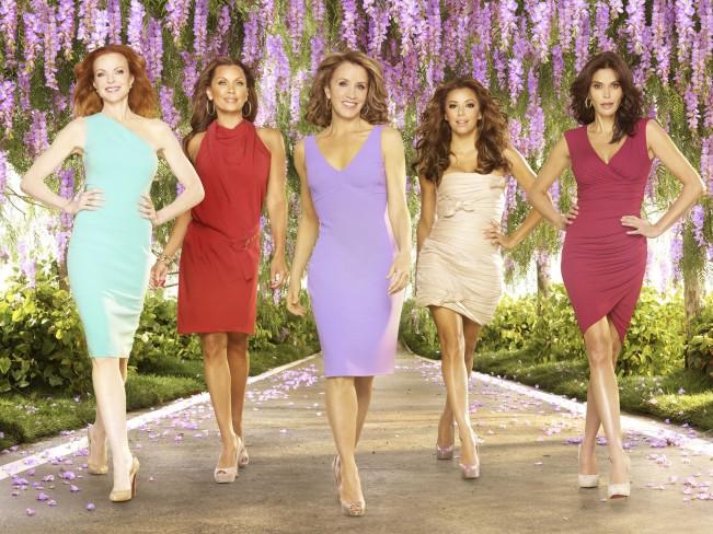 Décor fleuri, robe sexy, démarche sacadée, c'est la dernière saison de femmes au foyer !