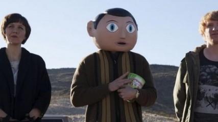 Michael Fassbender, Maggie Gyllenhaal et Domhnall Gleeson se montrent dans cette première image officielle de la comédie rock Frank