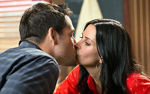 Une cougar se fait baiser pendant que son mari regarde la tv - 3 4