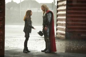 Thor le monde des ténèbres nouvelles photos et vidéos - Thor et Jane en pleine engueulade sous la pluie