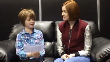 Karen Gillan doctor who explique a un enfant