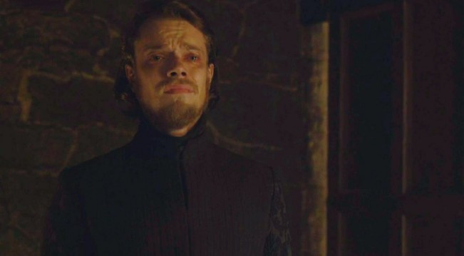 game of thrones 10 scene choquante - theon voyeurisme viol sansa