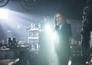 Mulder et Scully X Files saison 10 lampe torche
