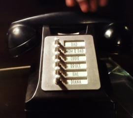the-flash-saison-2-easter-eggs-barry-phone