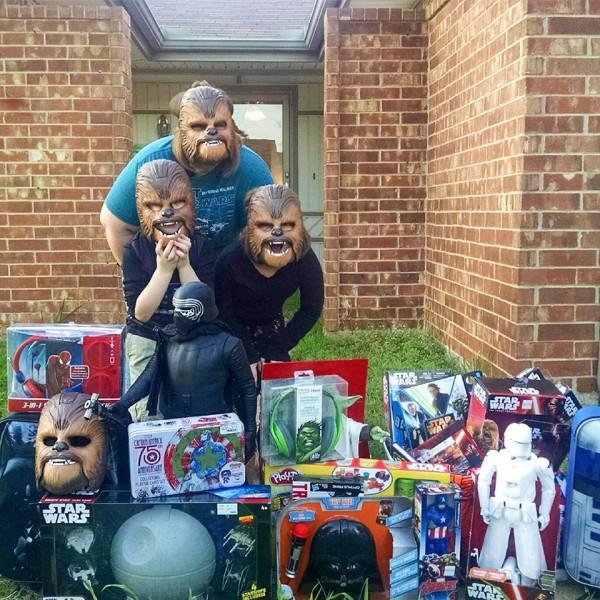 la-maman-chewbacca-et-ses-enfants-couverts-de-cadeaux-star-wars