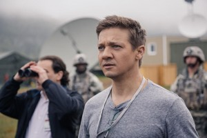 premier contact critique jeremy renner