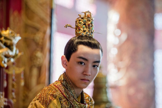 grande muraille empereur chignon doré