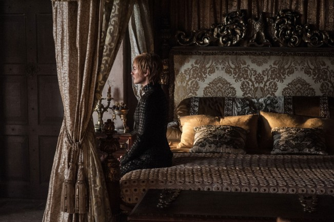 Cersei-on-bed-saison-7-game-of-thrones