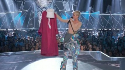 handmaids-tale-vma-2017-katy-perry-une