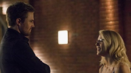 arrow-saison-6-oliver-et-felicity-sembrassent-photos-episode-3-une